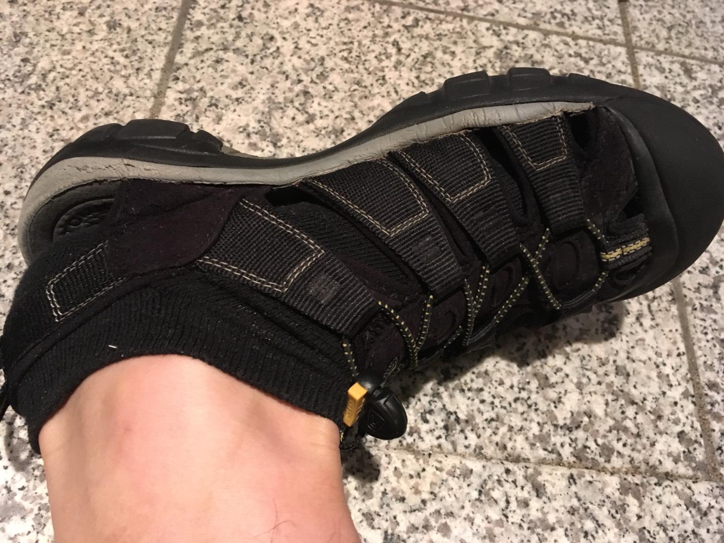KEEN ニューポートH2 靴下で履いた状態