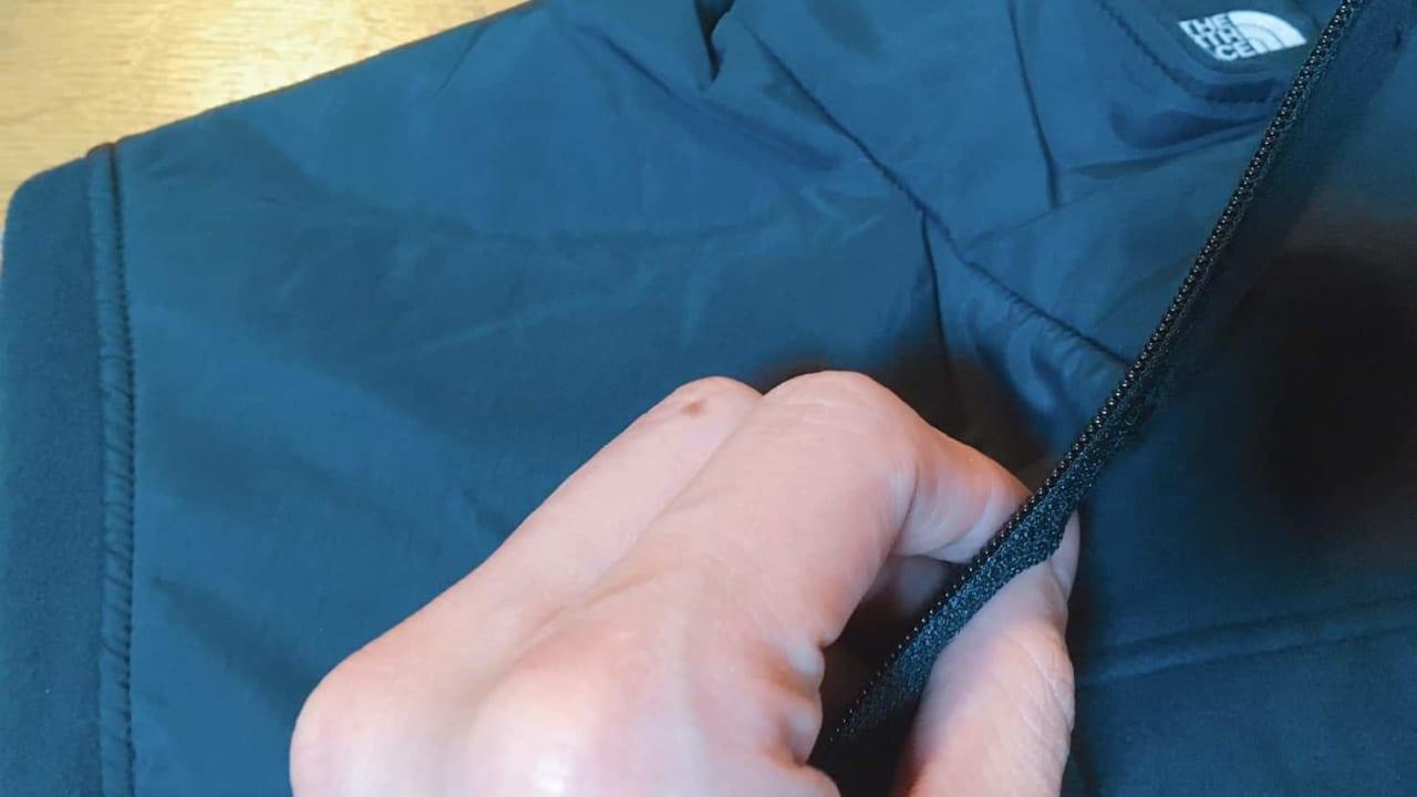 ノースフェイス マウンテンバーサマイクロジャケット 肩のナイロン素材