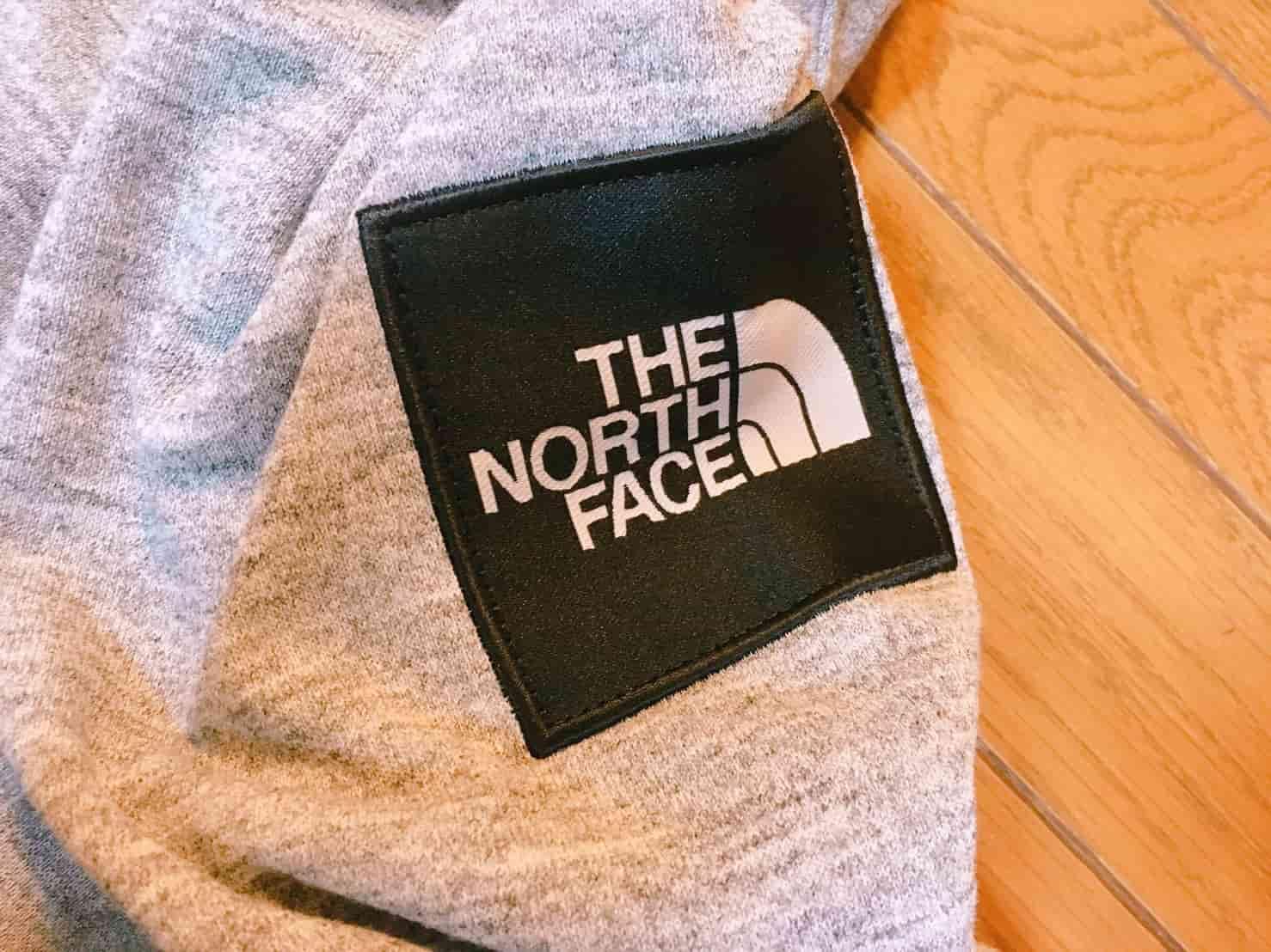 ノースフェイス スクエアロゴフーディ 肩のロゴ