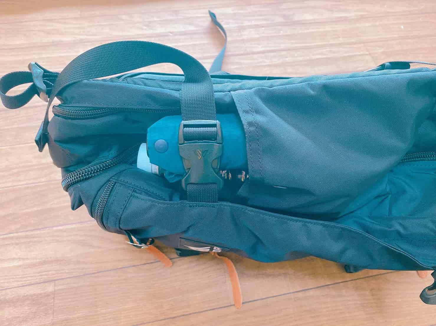 グレゴリー ジャーニーマン ボトルポケットをサイドコンプレッションストラップで縛る